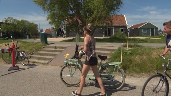 Zaanse Schans neemt maatregelen tegen drukte: eenrichtingsverkeer voor voetgangers
