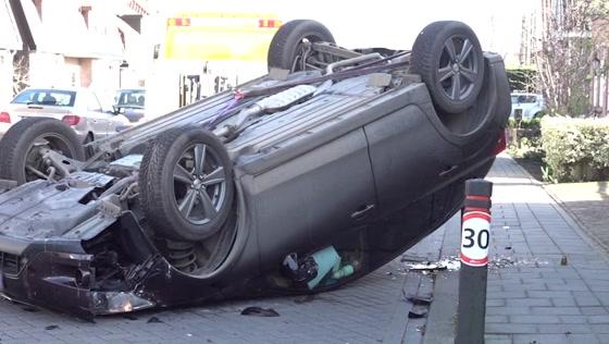 Auto slaat over de kop in Assendelftse woonwijk