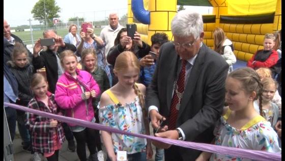 Burgemeester Vreeman opent Koken Eten Daten 4 Kids Cafe