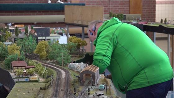 Gymzaal vol spoorbanen en treintjes: