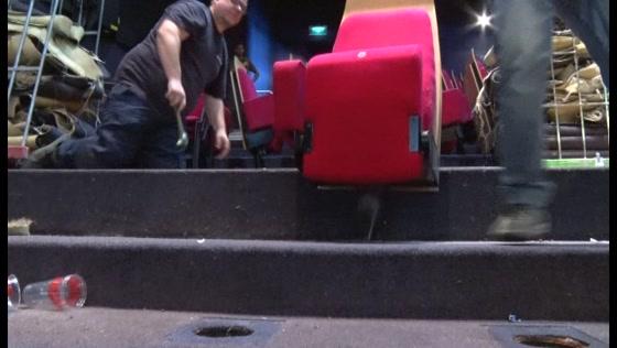 Oude stoelen het theater uit