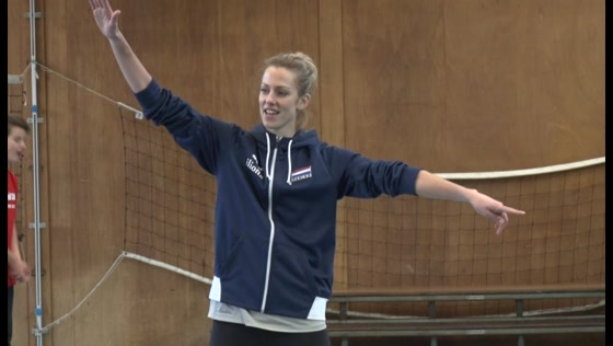 Volleybalprof Debby Stam geeft clinic op St Michael College