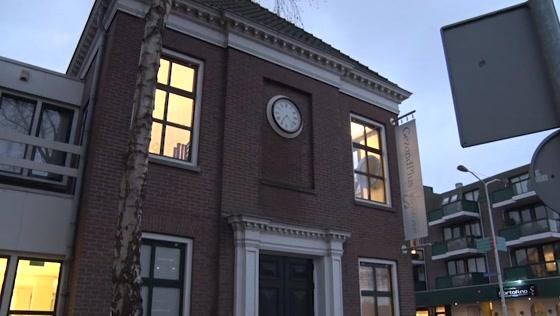 Wormerveerse klok 44 jaar na brand terug op oude gemeentehuis